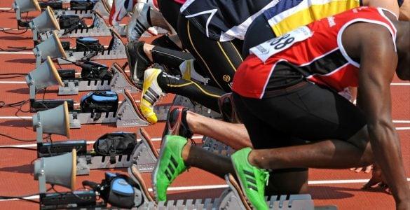 为什么短跑运动员要下蹲起跑?