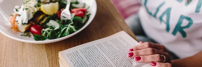 为什么不要边看书报边吃饭?