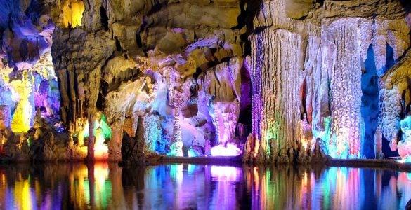 为什么石灰岩洞中会生长着石笋和钟乳石?