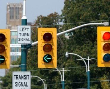 为什么交通信号灯要用红、黄、绿 三种颜色?