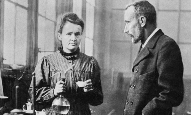 居里夫妇是怎样发现镭元素的?