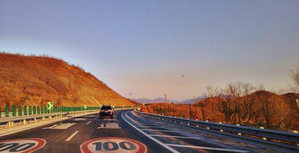 为什么高速公路没有急弯陡坡和很长的直线段?